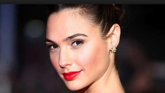 Gal Gadot hangs out in Georgetown